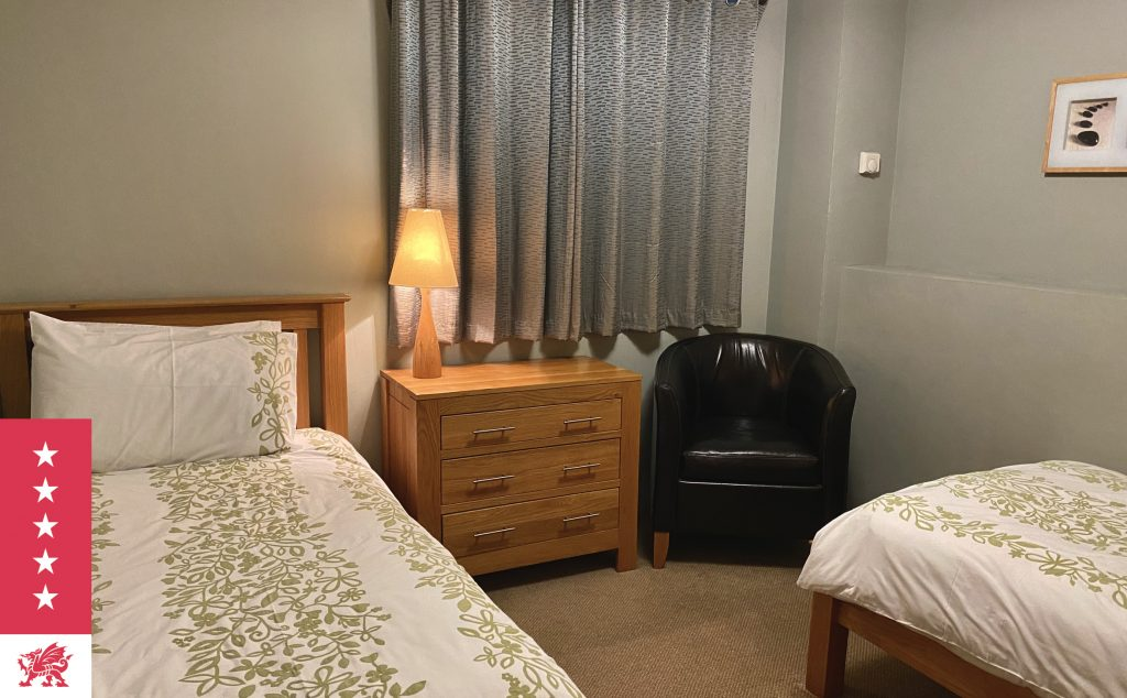 Twin bedroom with en-suite bathroom at The Granary at Harvest Mill